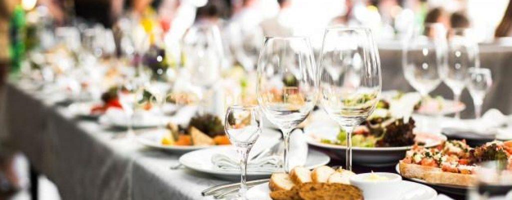 cristaleria-chispeante-coloca-tabla-larga-preparada-wedding-di_8353-688