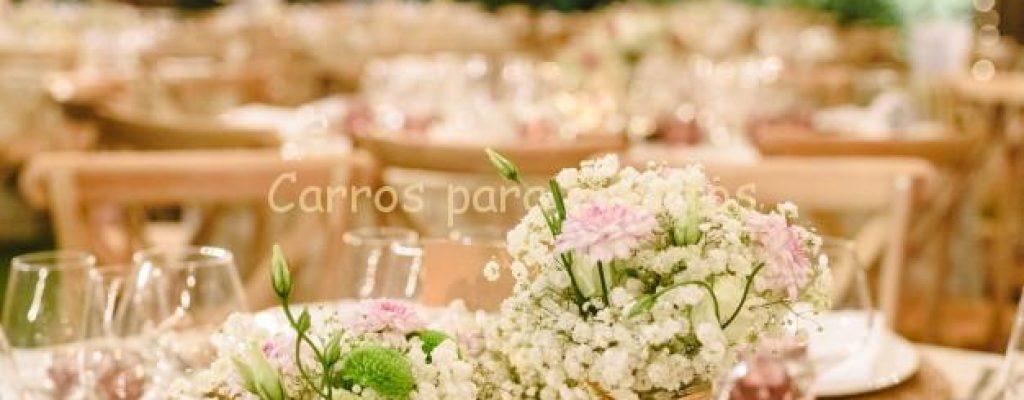 flores-que-decoran-centros-mesa-cubiertos-lujo-mesas-salon-bodas_47726-6006
